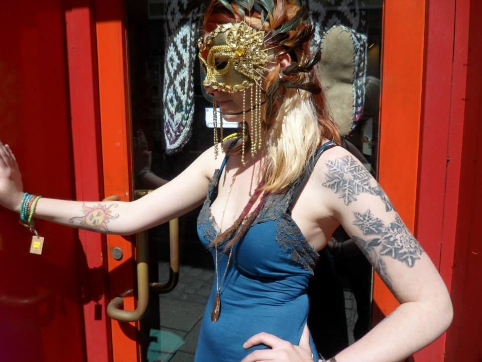 04_Elegant bracelets and elaborate masks